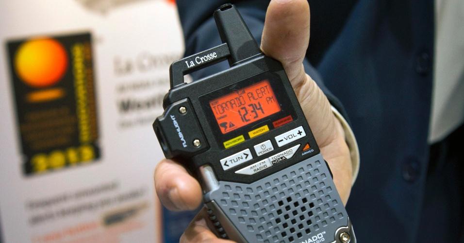 6.jan.2013 - Antes da abertura da feira, a empresa La Crosse apresentou um rádio que emite alertas de condições climáticas. Seu destaque é a possibilidade de selecionar apenas alertas de tornados de uma determinada área. A novidade custará US$ 60 (cerca de R$ 120)