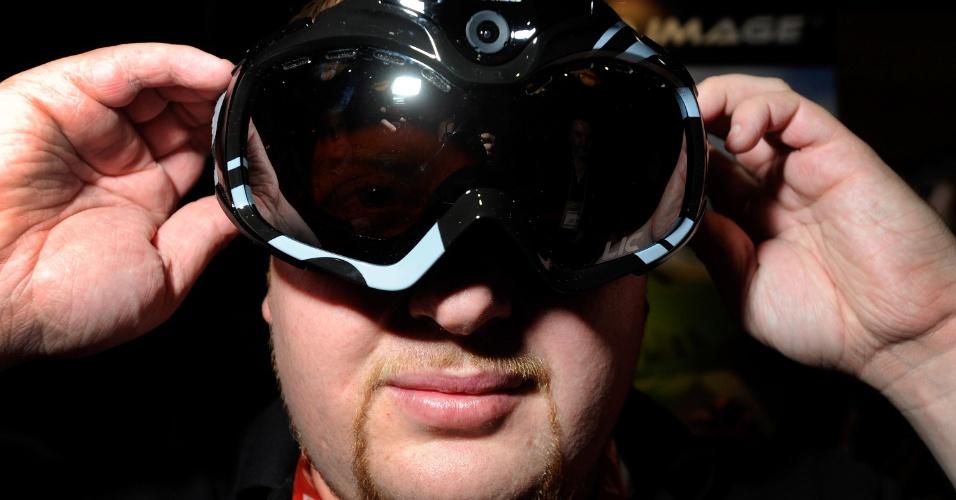 6.jan.2013 - Antes da abertura da feira, a empresa Liquid Image exibiu um par de óculos com câmera de 12 megapixels e Full-HD embutida (para filmar e fotografar, por exemplo, esportes na neve). O produto com tecnologia Wi-Fi já é vendido no mercado por US$ 400 (cerca de R$ 810)
