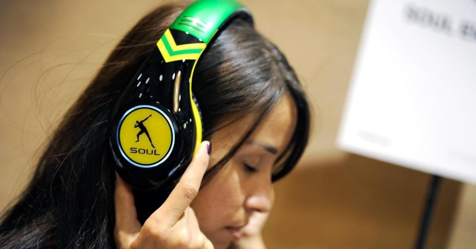 6.jan.2013 - Antes da abertura da feira, a empresa Ludacris exibiu o fone de ouvido Soul SL300. A edição especial,  que homenageia o atleta jamaicano Usain Bolt, já está disponível no mercado por US$ 300 (cerca de R$ 610)