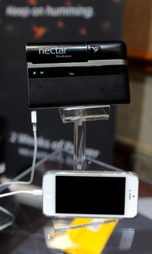 6.jan.2013 - Antes da abertura da feira, a empresa Nectar apresentou um carregador que promete carga de duas semanas à bateria do celular. Segundo o ''Mashable'', a novidade será vendida por US$ 300 (cerca de R$ 610)