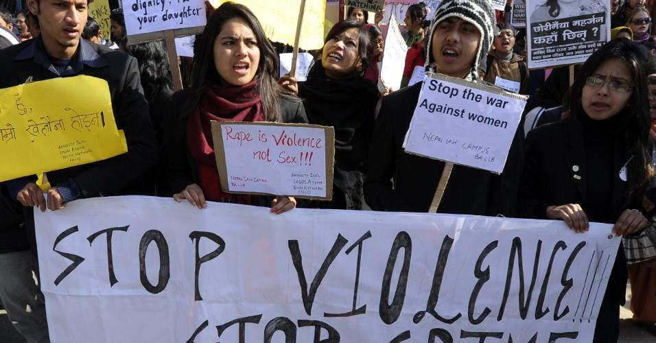 6.jan.2013 - Ativistas nepaleses gritam frases de protesto próximos à casa do primeiro ministro, em Katmandu, na Índia, no domingo (6). Evidências sobre a incompetência da polícia, depois que o namorado da vítima, única testemunha do estupro, contou detalhes do ato de violência, levantou uma nova onda de protestos sobre o caso