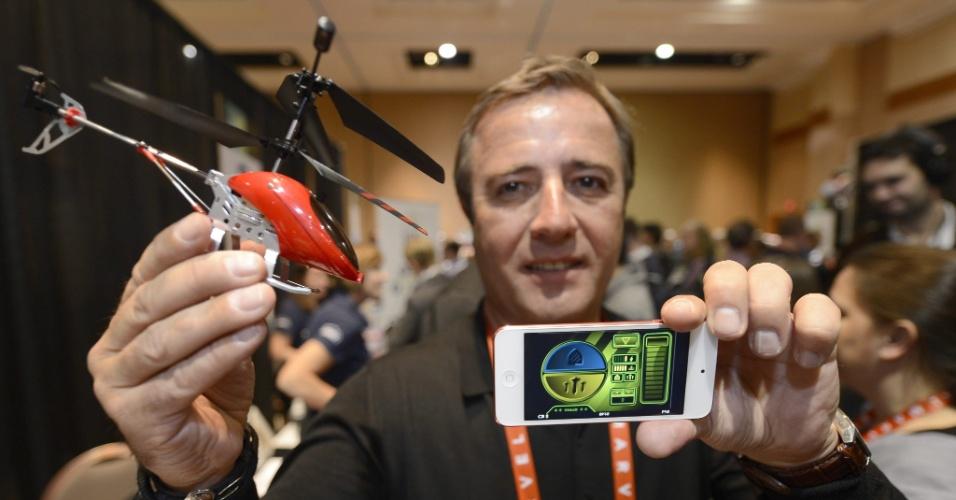 6.jan.2013 - Antes da abertura da feira, a companhia BeeWi apresentou o helicóptero de brinquedo acima, que pode ser controlado por telefones celulares e também tablets. Thierry Dechathre, diretor da companhia francesa, exibe o brinquedo vendido a 80 euros (cerca de R$ 210) na França