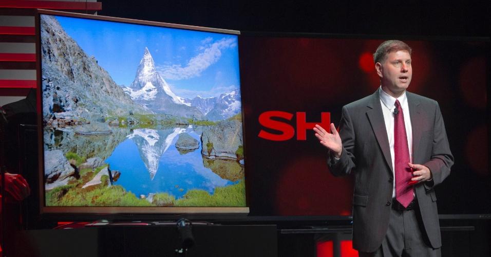 7.jan.2013 - Jim Sanduski, director da Sharp, apresenta TV de ultradefinição da empresa com tecnologia 4K. Esses aparelhos têm 3.840 pixels x 2.160 pixels, enquanto uma TV Full HD tem 1.920 pixels x 1.080 pixels