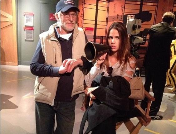 7.jan.2013 - Pérola Faria publica foto ao lado de estátua do diretor Steven Spielberg