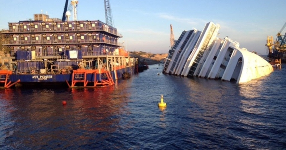 7.jan.2013 -  Quase um ano depois do naufrágio, o navio Costa Concordia permanece na Ilha de  Giglio, na Toscana (Itália). O Costa Concordia transportava 4.229 pessoas, entre elas mais de 3.200 passageiros. Trinta e duas pessoas morreram no naufrágio e os corpos de duas vítimas nunca foram encontrados. A tragédia ocorreu no dia 13 de janeiro de 2012