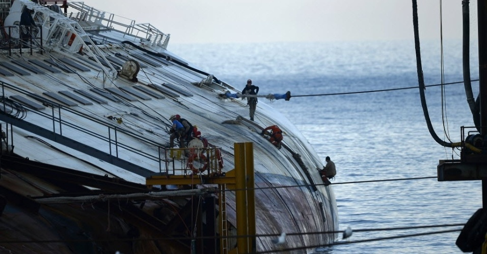7.jan.2013 -  Quase um ano depois do naufrágio, o navio Costa Concordia permanece na Ilha de Giglio, na Toscana (Itália). O local até se tornou atração turística. O Costa Concordia transportava 4.229 pessoas, entre elas mais de 3.200 passageiros. Trinta e duas pessoas morreram no naufrágio e os corpos de duas vítimas nunca foram encontrados. A tragédia ocorreu no dia 13 de janeiro de 2012