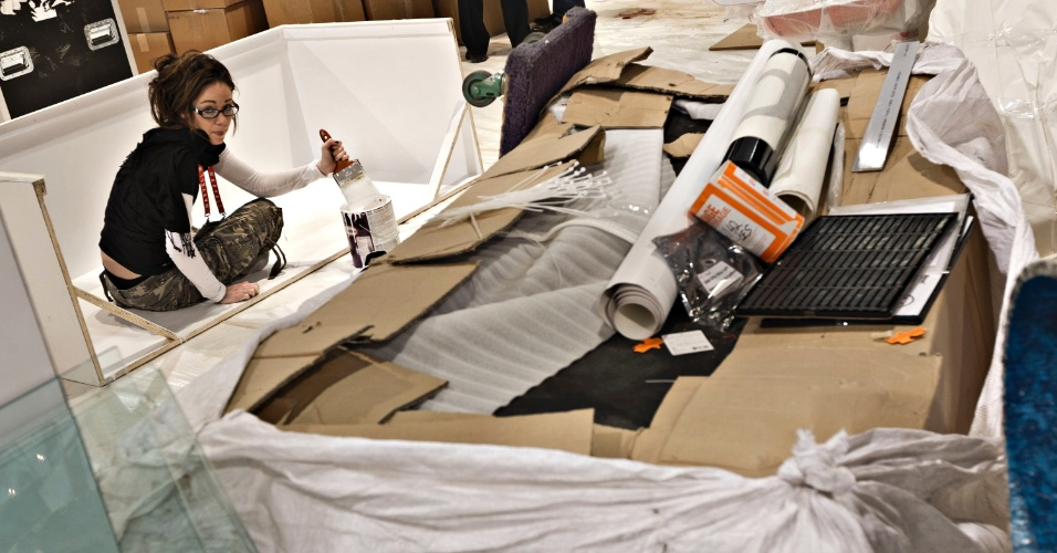 7.jan.2013 - Funcionários fazem últimos preparativos antes da abertura oficial da feira de tecnologia em Las Vegas. CES 2013 será realizada de 8 a 11 de janeiro