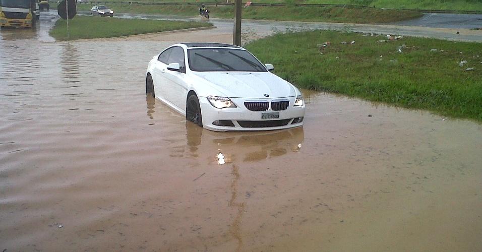 BMW do atacante Jô, do Atlético-MG, para nas águas da chuva na entrada da Cidade do Galo (7/1/2013)