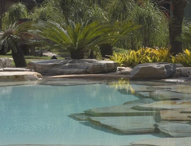 Espécies tropicais e pedras naturais foram usados na composição do ambiente da piscina projetado pelo paisagista Luiz Carlos Orsini