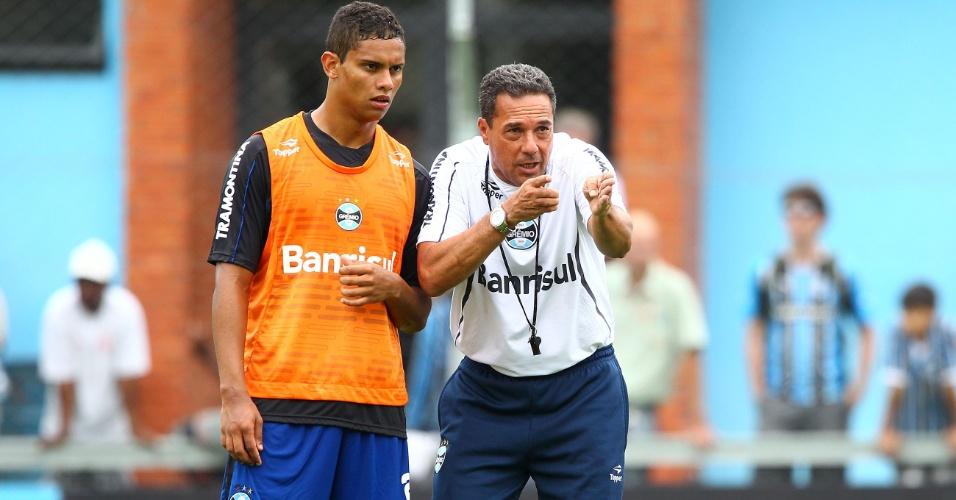 Gerson ao lado do técnico Vanderlei Luxemburgo em treinamento do Grêmio (07/012013)