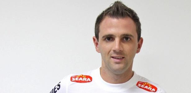 Montillo foi aprovado nos exames médicos e assinou contrato por três temporadas com o Santos