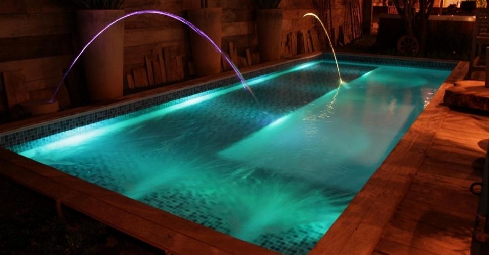 Uma novidade na área de iluminação para piscina são os arcos com LEDs, chamados laminares, que criam quedas d'água iluminadas e coloridas. Esse modelo da Sibrape Pentair (www.sibrape.com.br) é equipado com alojamento feito em ABS para tubulação de abastecimento de água e do conduíte elétrico