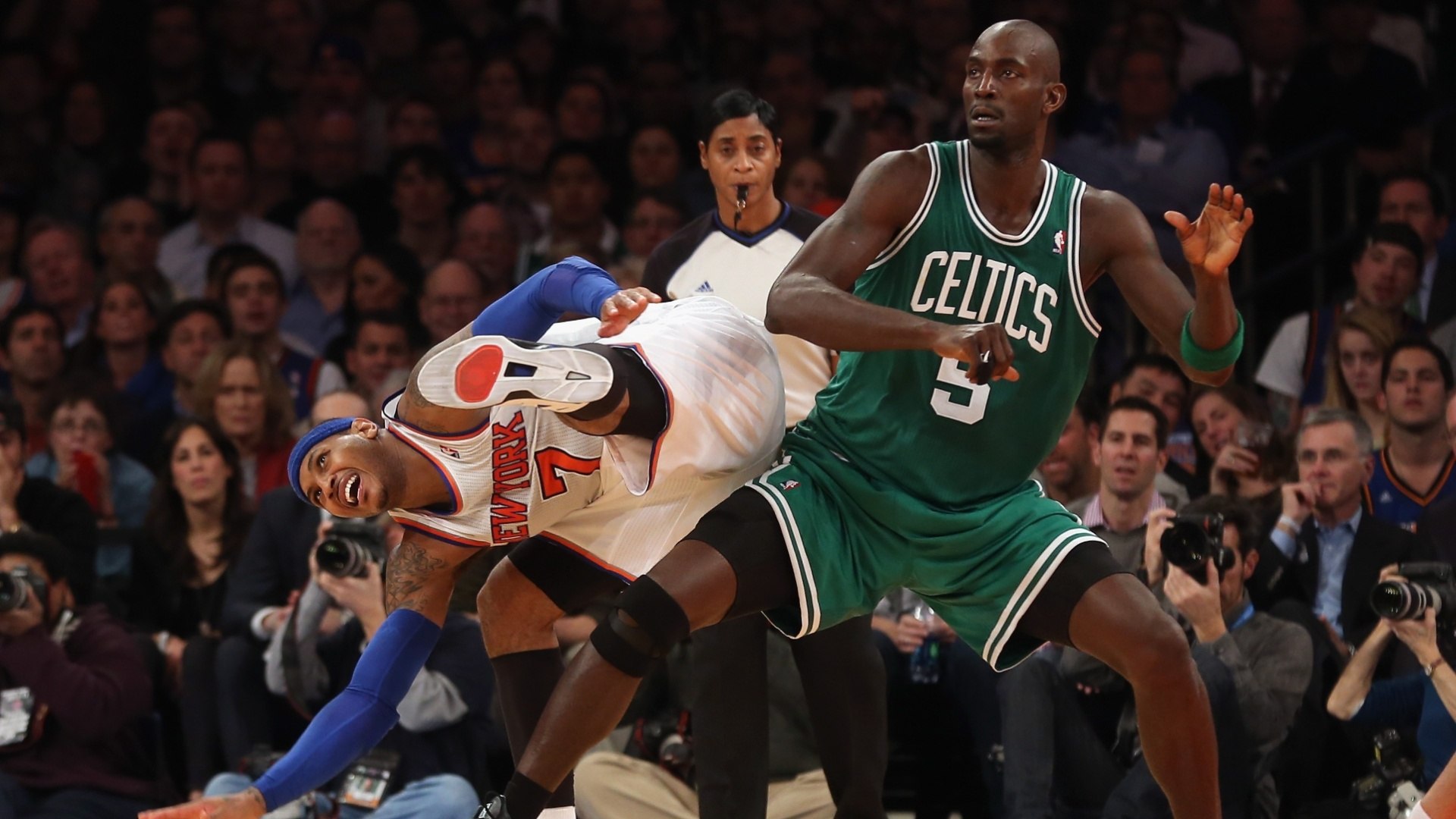 06.jan.2013 - Carmelo Anthony sofre falta de Kevin Garnett na derrota do New York Knicks para o Boston Celtics
