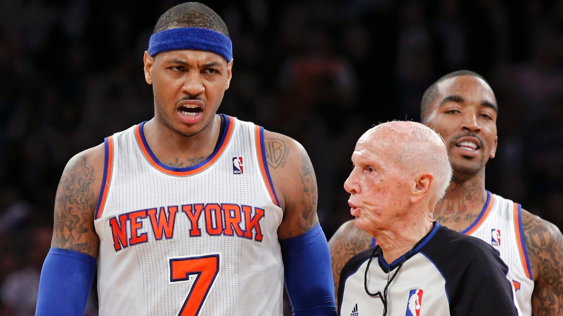 06.jan.2013 - Irritado com jogadores do Boston Celtics, Carmelo Anthony conversa com o árbitro Dick Bavetta na derrota do New York Knicks