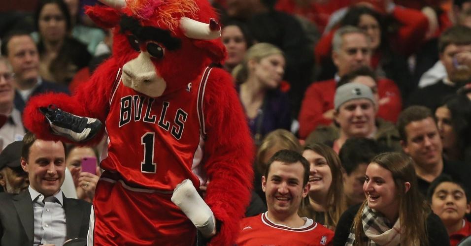 06.jan.2013 - Mascote do Chicago Bulls brinca com torcedor e 'rouba' seu sapato durante a vitória sobre o Cleveland Cavaliers