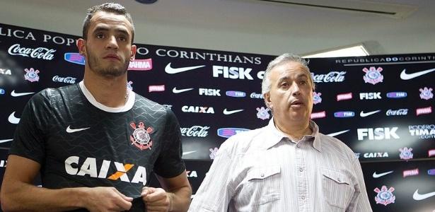 08.01.2013 - Renato Augusto exibe o símbolo do Corinthians em sua apresentação no CT Joaquim Grava, ao lado do diretor de futebol Roberto de Andrade