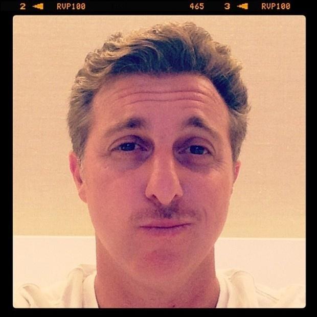 8/1/2013 Luciano Huck aproveita fim das férias e deixa o bigode crescer.