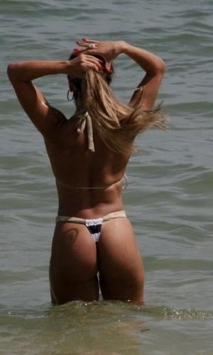 8.jan.2013 - Andréa de Andrade, madrinha da bateria da Império de Casa Verde e musa da Vilsa Isabel, curtiu a praia da Barra da Tijuca, zona oeste do Rio