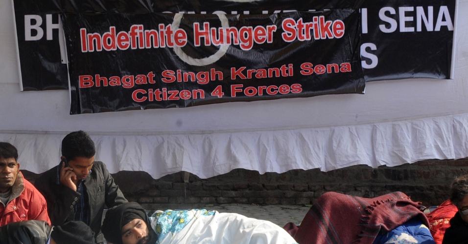 8.jan.2013 - Ativistas indianos fazem greve durante um protesto em Nova Déli, Índia, nesta terça-feira (8), contra o estupro e assassinato de uma estudante de 23 anos. Os cincos acusados pelo crime compareceram à primeira audiência do caso nesta segunda-feira (7), para ouvirem as acusações de estupro e homicídio. O crime aconteceu no dia 16 de dezembro, e a jovem morreu no dia 28
