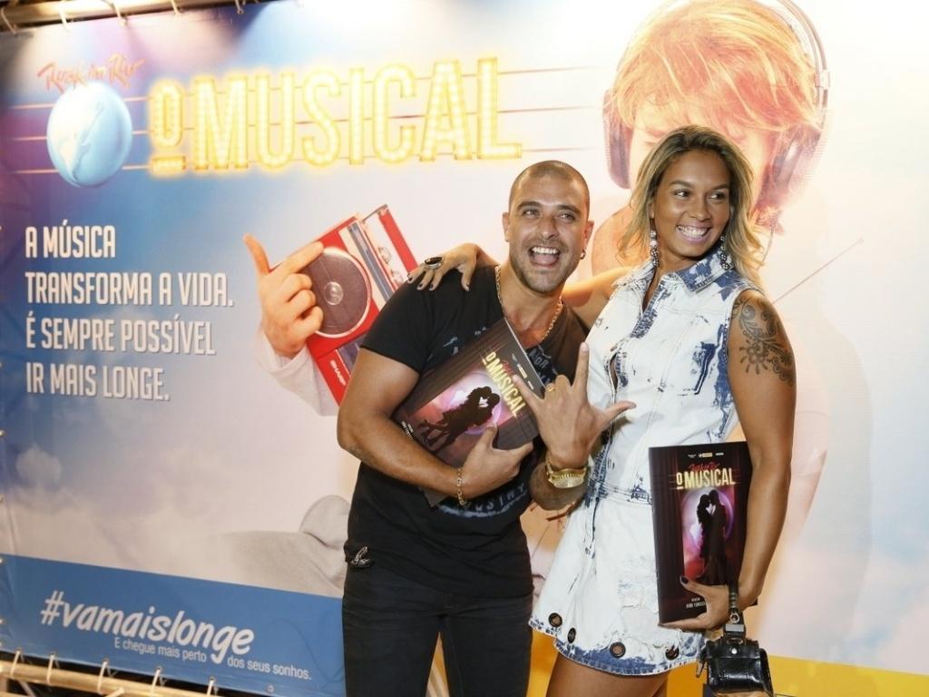 8.jan.2013 - Diogo Nogueira vai com a mulher à sessão especial no Rio de Janeiro de