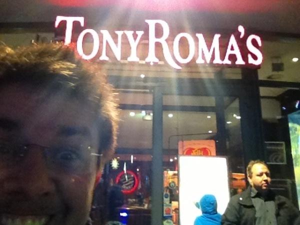 8.jan.2013 - Em Berlim, Oscar Filho brinca com nome do restaurante Tony Roma's