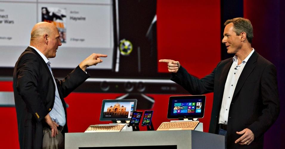 8.jan.2013 - Grande surpresa da noite, Steve Ballmer (esq) subiu ao palco da cerimônia de abertura feita pela Qualcomm para falar de dispositivos que levam Windows 8 e processadores Snapdragon. Pela primeira vez em 13 anos, a Microsoft não fez a abertura oficial do evento, que ficou a cargo do diretor-executivo Paul Jacobs, da Qualcomm