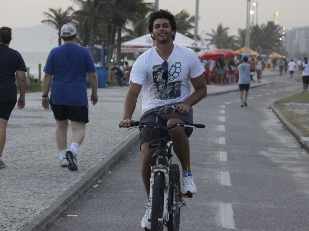 8.jan.2013 - Jesus Luz andou de bicicleta pela orla da praia da Barra da Tijuca, zona oeste do Rio. O ator, modelo e DJ está no ar em