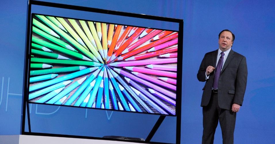 8.jan.2013 - Joe Stinziano, da Samsung, apresentou na segunda-feira (7) aparelho de TV de ultradefinição. Com moldura vazada, a Samsung S9 UHDTV traz resolução de imagem quatro vezes maior que a de um aparelho Full HD - tecnologia chamada 4K -- e sistema de som embutido na sua estrutura. A empresa não anunciou nem preço ou data de lançamento