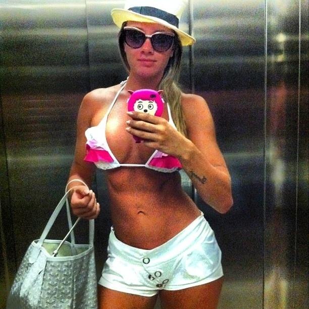 8.jan.2013 - Juju Salimeni divulga foto de biquíni, dentro do elevador