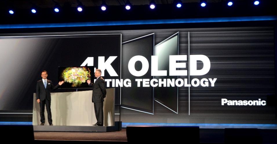 8.jan.2013 - Kazuhiro Tsuga (esq), presidente e diretor-executivo da Panasonic, exibe TV de Oled com ultradefinição (tecnologia também chamada 4K, de 3.840 pixels x 2.160 pixels) e 56 polegadas. Assim como outros modelos parecidos apresentados no evento, a companhia não informou data de lançamento ou preço