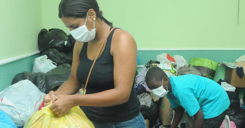 8.jan.2013 - Moradores cuidam de donativos a serem encaminhados às famílias que perderam suas casas nas enchentes em Xerém, Duque de Caxias, na madrugada do dia 3 de janeiro. A prefeitura estima que serão necessários R$ 30 milhões para a reconstrução do distrito