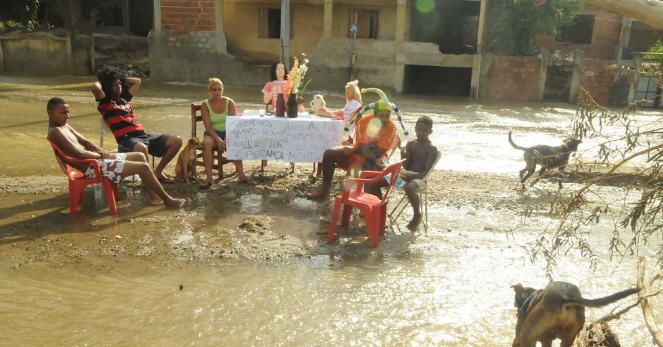 8.jan.2013 - Moradores de Xerém, em Duque de Caxias (RJ), convivem com escombros resultantes das enchentes que castigaram a região. A prefeitura estima que serão necessários R$ 30 milhões para a reconstrução do distrito