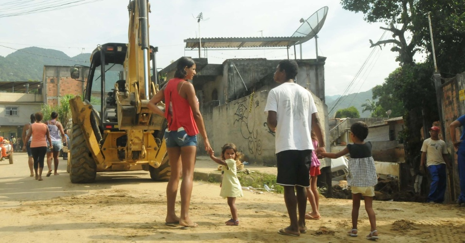 8.jan.2013 - Moradores de Xerém, em Duque de Caxias (RJ), sofrem com poeira dos escombros e do barro seco resultantes das enchentes que castigaram a região. A prefeitura estima que serão necessários R$ 30 milhões para a reconstrução do distrito
