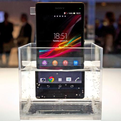 8.jan.2013 - O Xperia Z, da Sony, é resistente a água (pode ser mergulhado até 1 metro de profundidade) e poeira