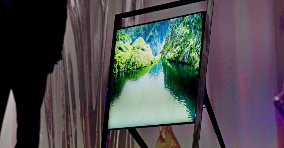 Outro modelo de TV anunciado pela Samsung foi o LED F8000. Serão as primeiras televisões da fabricante com processador quad-core, o que torna os aparelhos até três vezes mais rápidos que os lançados pela Samsung em 2012. Os modelos são ultrafinos, com cerca de 0,6 cm de espessura