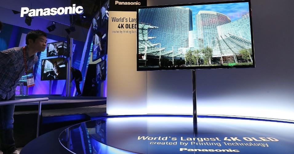 8.jan.2013 - Panasonic exibiu TV de Oled com ultradefinição (tecnologia também chamada 4K, de 3.840 pixels x 2.160 pixels) e 56 polegadas. Assim como outros modelos parecidos apresentados no evento, a companhia não informou data de lançamento ou preço