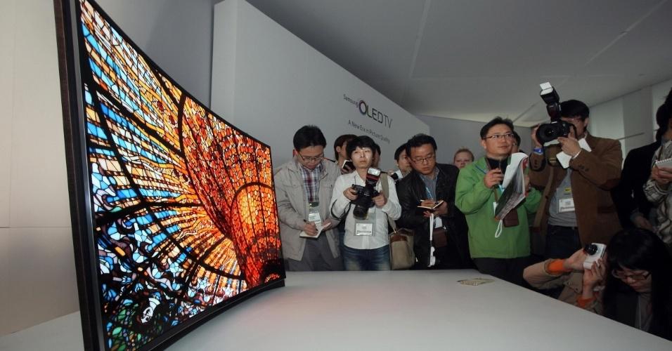 8.jan.2013 - Samsung anunciou na CES uma TV com tela curva de 55 polegadas. O protótipo, sem data de lançamento, tem tecnologia Oled. Seu formato, segundo o fabricante, ajuda a dar profundidade para as imagens e aumenta o conforto do telespectador