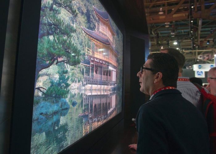 8.jan.2013 - Visitante olha TV da Sharp com 85 polegadas que vai além do conceito de ultradefinição. Enquanto esses aparelhos modernos apresentam uma tecnologia chamada 4K (3.840 pixels x 2.160 pixels), o protótipo da Sony adota o termo 8K (resolução de 7.680 pixels x 4.320 pixels, ou 16 vezes a resolução de uma TV Full HD). Trata-se de um protótipo, sem data para lançamento ou preço