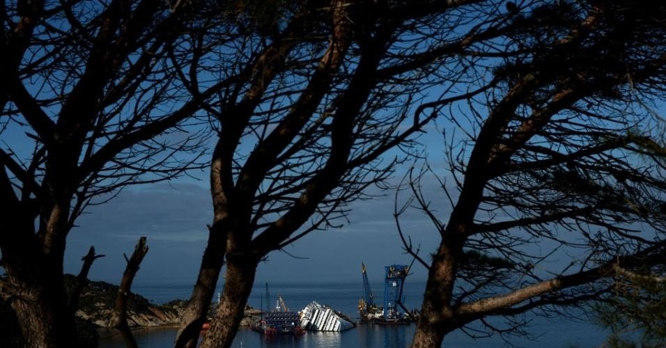 8.jan.2013 - Vista do navio Costa Concordia, que naufragou há quase um ano, na Ilha de Giglio, na Toscana (Itália). O local até se tornou atração para turistas na região