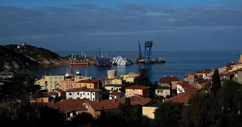 8.jan.2013 - Vista do navio Costa Concordia, que naufragou há quase um ano, na Ilha Giglio, na Toscana (Itália). O transatlântico transportava 4.229 pessoas, entre elas mais de 3.200 passageiros. Trinta e duas pessoas morreram no naufrágio e os corpos de duas vítimas nunca foram encontrados