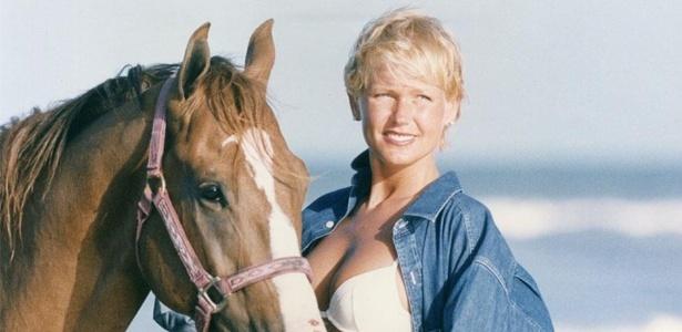 8.jan.2013 - Xuxa divulgou uma imagem antiga onde aparece em uma praia, de biquíni, acompanhada de um cavalo.