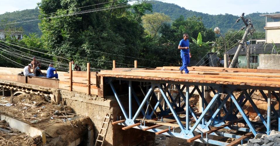 8.jan.2013- Ponte destruída pelas chuvas em Café Torrado, no Xerém, distrito de Duque de Caxias (RJ), é reaberta nesta terça-feira (8), para passagem de pedestres e de um carro por vez. A prefeitura estima que serão necessários R$ 30 milhões para a reconstrução do distrito