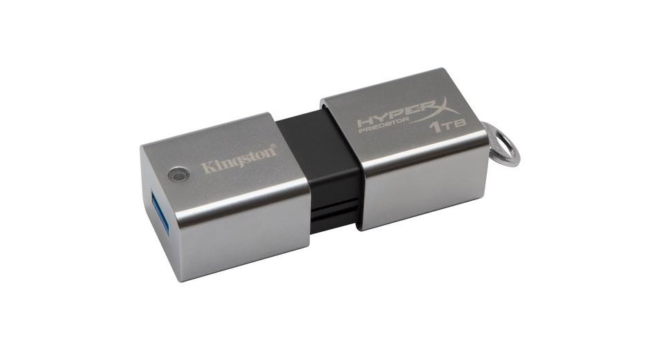 A Kingston resolveu acabar de vez com a falta de espaço nos pen drives. A empresa apresentou acessórios com versões de 512 GB e 1 terabyte de espaço (neste último, é possível armazenar 40 filmes em alta definição, 320 mil fotos em alta definição ou 16 mil horas de música digital). O gadget DataTraveler HyperX Predator está equipado com USB 3.0, é capaz de ler 240 Mbps (megabits por segundo) e gravar 160 Mbps (megabits por segundo). A versão de 512 GB custa US$ 1.750 nos EUA; no Brasil, segundo a empresa, o preço sugerido é de R$ 4 mil. O modelo mais robusto ainda não teve valor divulgado. O pen drive tem 7,2 cm, o equivalente a um cigarro