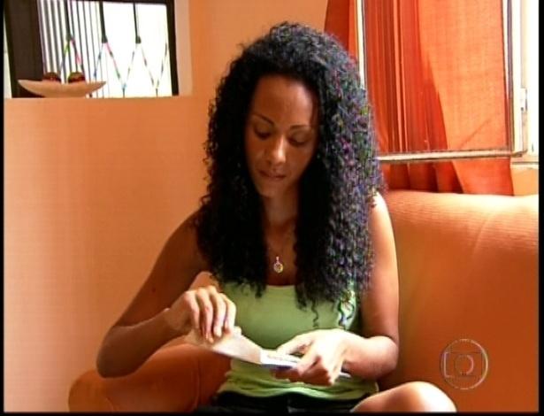 Aline abre carta que comunica a participação no