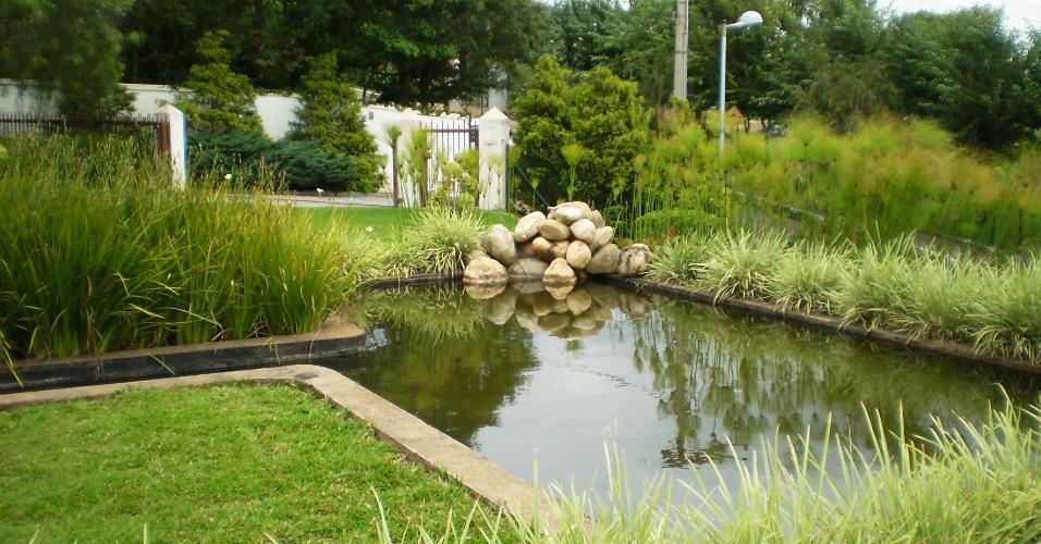 Construído com alvenaria e cercado de densa vegetação, o espelho d'água criado por Erly Hooper tem como ponto de atenção o monte de rochas brancas cuidadosamente dispostas