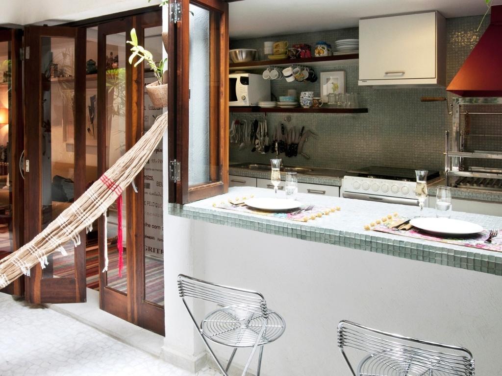 Note que os armários vermelhos da cozinha americana idealizada pela  #9A5A31 1024 768