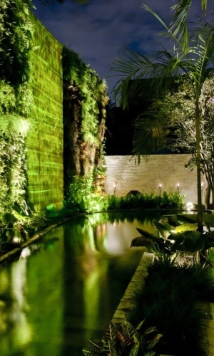 Durante a noite, a iluminação proporciona novas cores e texturas ao espelho d'água de Alex Hanazaki