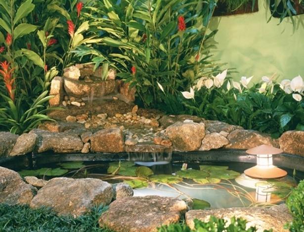 Luminária submersa e plantas aquáticas compõem este projeto de Eduardo Luppi