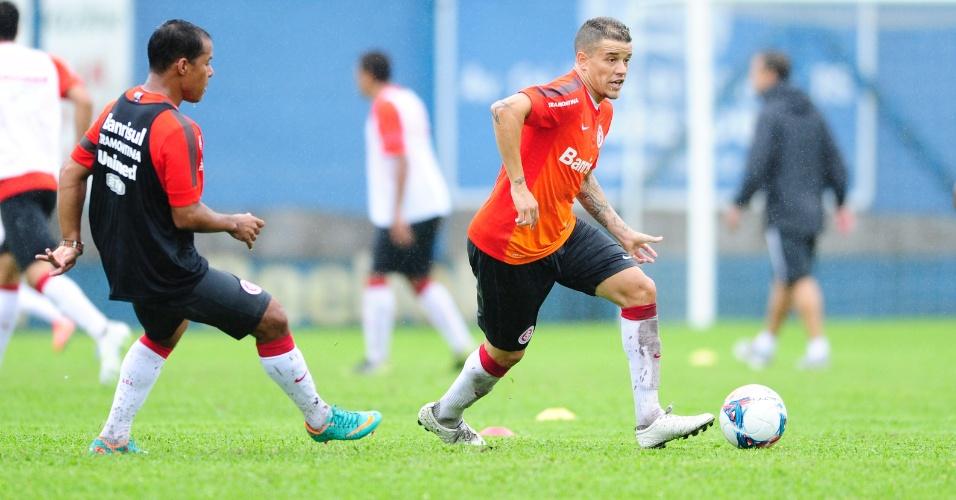 Meia D'Alessandro durante treino na pré-temporada do Inter em Gramado sendo observado por Marcos Aurélio (08/01/2013)