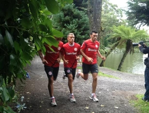 Meias D'Alessandro e Dátolo correm no parque Lago Negro de Gramado, cidade onde o Inter realiza a pré-temporada (08/01/2013)